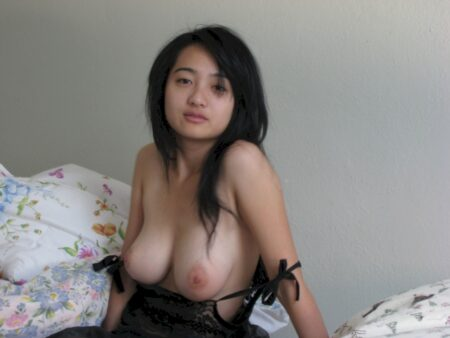Femme asiatique sexy autoritaire pour coquin qui aime la soumission